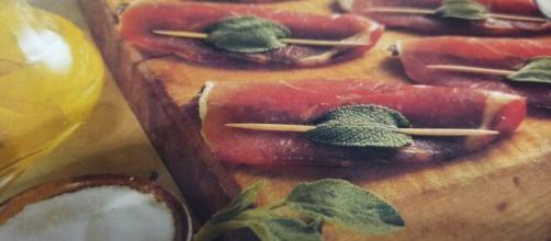 Le acciughe fresche con il prosciutto crudo.