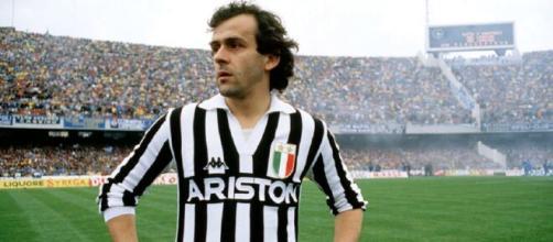 Michel Platini con la maglia della Juventus negli anni '80.