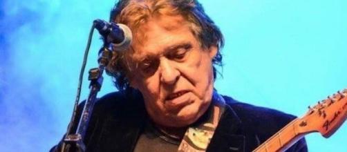 O líder da banda Renato e Seus Blue Caps morreu no RJ. (Arquivo Blasting News)