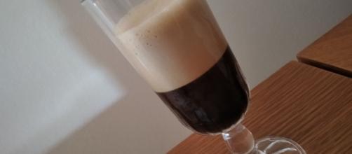Caffè shakerato, è possibile prepararlo a casa con un barattolo di vetro.