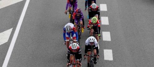 Vuelta a Burgos, tre ciclisti della Uae Emirates fermati prima della 2^ tappa perché entrati in contatto con un caso accertato di Covid-19.