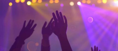 Jovens fazem festa para pegar Covid-19 nos Estados Unidos. (Arquivo Blasting News)