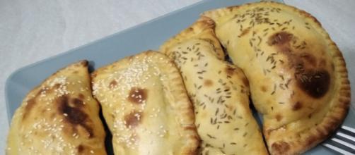 Calzoni al forno senza lievito, leggeri e gustosi.