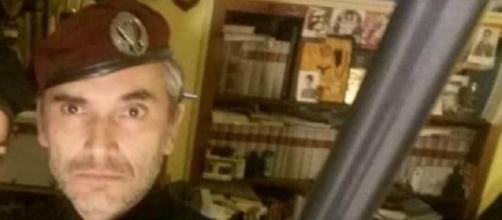 Giuseppe Montella: l'avvocato Emanuele Solari appare in una foto con fucile e manganello.