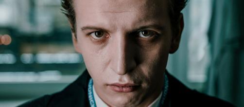 Maciej Musialowski interpreta o inescrupuloso Tomek no drama 'Rede de Ódio' da Netflix. (Reprodução/Netflix)