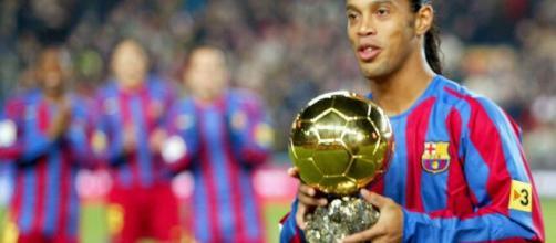 Bom com a bola no pé e o pandeiro na mão, Ronaldinho é um sucesso no meio musical. (Arquivo Blasting News)