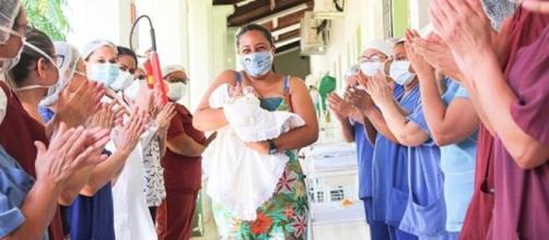 Maryane da Rocha Santos deixa o hospital com o filho recém-nascido nos braços. (Divulgação/Hospital Geral Dr. César Cals)