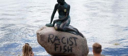 Graffitean la estatua de la Sirenita en Copenhague
