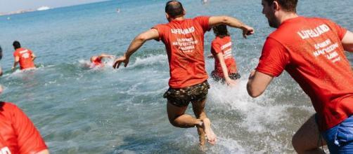 Pescara, 76enne fa il bagno con la mascherina e rischia di annegare: salvato dai bagnini.