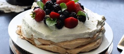 Cestino Pavlova alla frutta, un dolce per l'estate.