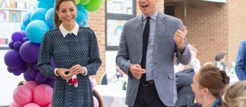 Kate Middleton y el prínicpe William se vistierond e azul y blanco en su perimera salida juntos desde el cierre por la pandemia