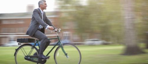 Na Europa, é comum ver pessoas de terno indo para o trabalho em bicicletas. (Arquivo Blasting News)