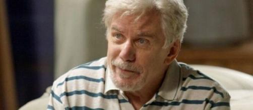 Maurice provoca ira de Dino ao se encontrar com Gilda. (Reprodução/TV Globo)