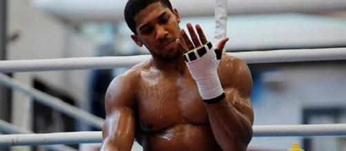 Anthony Joshua, campione mondiale dei pesi massimi WBA, IBF, IBO e WBO.