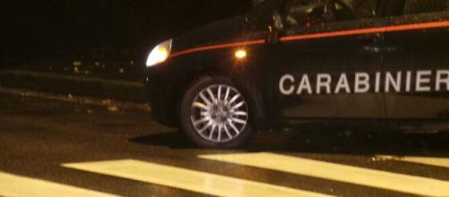 Bologna, lei attende il fidanzato in camera al buio e lui chiama i carabinieri.
