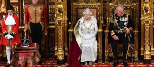 La reina Isabel II suele regalar árboles de Navidad cada año