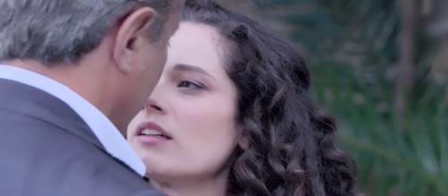 Un posto al sole: Susanna (Agnese Lorenzini) ed Eugenio Nicotera (Paolo Romano) si baciano.