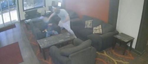 Câmaras de segurança registram o momento da agressão. (Reprodução/Redes Sociais)