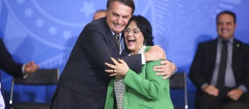 Jair Bolsonaro e a ministra Damares SIlva. (Arquivo Blasting News)