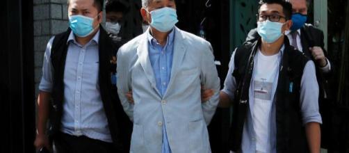 L'arresto di Jimmy Lai, imprenditore di Hong Kong con anche la cittadinanza britannica.