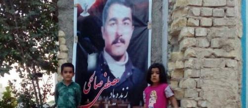 Des orphelins de Mostafa Salehi posent à côté de l'image de leur père exécuté ! Une scène amère et douloureuse.