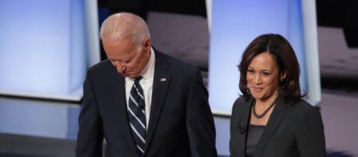 Joe Biden e Kamala Harris durante un dibattito nelle primarie democratiche.