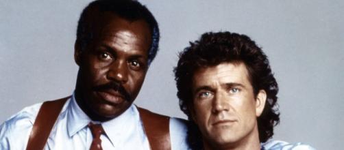 Os atores Mel Gibson e Danny Glover nos papeis de Riggs e Murtaugh na franquia de filmes 'Máquina Mortífera'. (Arquivo Blasting News)