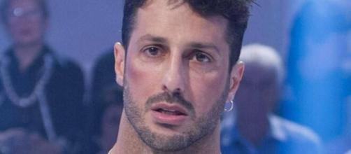 Fabrizio Corona potrebbe essere un nuovo tronista di Uomini e Donne.