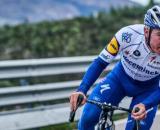 Giro di Lombardia, Evenepoel cade e fa un volo di 10 metri: niente danni gravi, solo contusione a una gamba.
