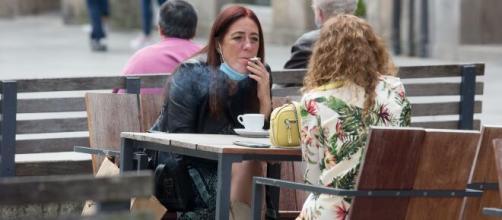Sanidad prohíbe fumar en espacios abiertos sin respetar la distancia de seguridad