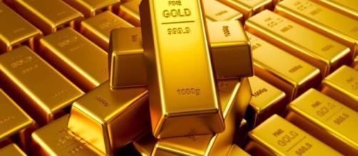 El precio del oro se mueve en dirección opuesta al dólar.
