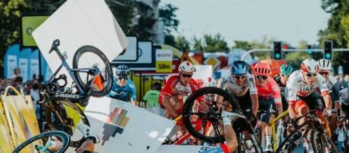 La spaventosa caduta al Giro di Polonia che ha coinvolto Fabio Jakobsen.