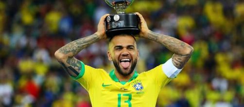Daniel Alves foi campeão por onde passou. (Arquivo Blasting News)