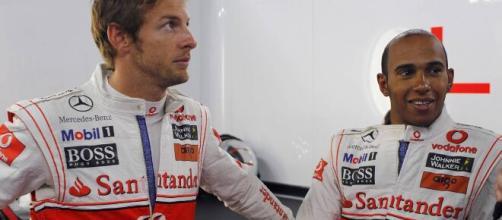 Jenson Button e Lewis Hamilton estão entre os melhores pilotos britânicos da história da Fórmula 1. (Arquivo Blasting News)