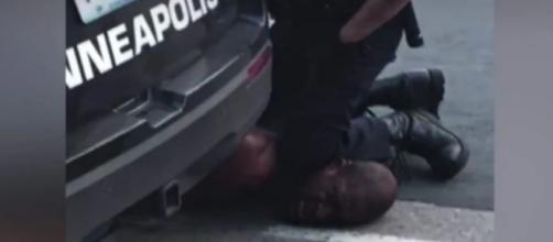 Momento em que o agente policial sufocava George Floyd, que morreria pouco depois. (Reprodução/ Redes sociais)