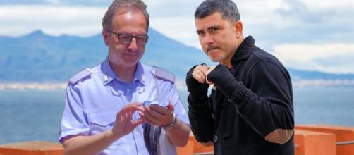 Un posto al sole: il vigile Cotugno (Walter Melchionda) e Franco Boschi (Peppe Zarbo).