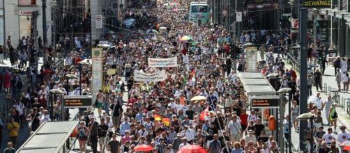 17.000 manifestants selon des chiffres de la police se sont rendus dans les rues de la capitale berlinoise ce 1er août, source : capture -Twitter