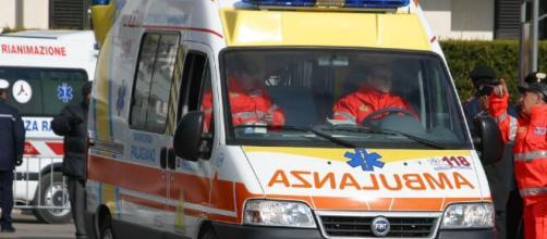 Lecce, incidente stradale tra auto e moto: deceduto un centauro di 54 anni, ferita la compagna.