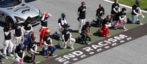 Lewis Hamilton, atual campeão da categoria e um dos atletas mais ativos na causa, liderou o movimento. (Reprodução/Redes Sociais)