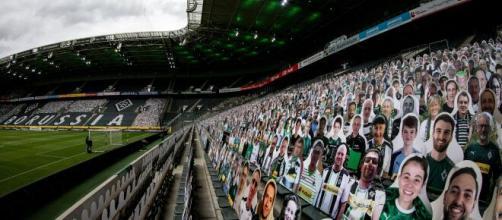 Aficionados de cartón llenan estadios debido a la pandemia