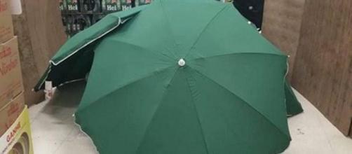 Brésil: Un carrefour cache le cadavre d'un de leurs employés derrière des parapluies. Credit: Twitter/Digo28345337