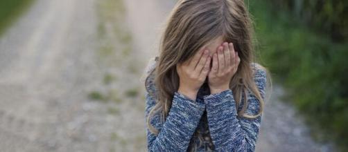 Menina de 10 anos abusada pelo tio terá nova identidade. (Arquivo Blasting News)