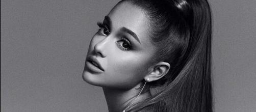 Ariana Grande já assumiu que viveu histórias assombradas. (Arquivo Blasting News)