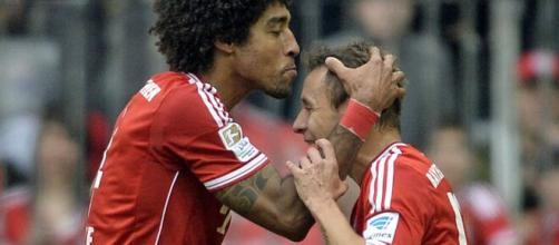 Rafinha e Dante estão entre os brasileiros que atuaram pelo Bayern de Munique no século XXI. (Arquivo Blasting News)