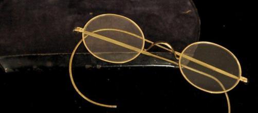 Venduti all'asta gli occhiali da vista di Gandhi.