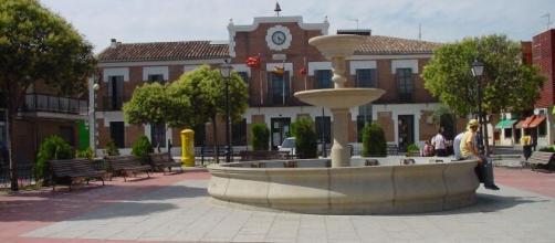 Plaza con fuente y Ayuntamiento en Paracuellos del Jarama