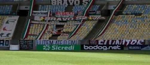 Desde a pandemia, jogos têm acontecido sem público nos estádios (Foto: Uol Esporte - https://www.uol.com.br/esporte/futebol/colunas/marcel-rizzo)