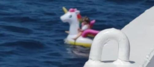 Menina de 5 anos é resgatada em alto mar. (Reprodução/YouTube)