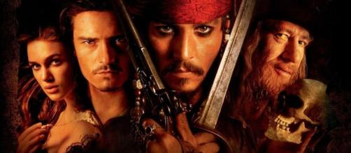 Keira Knightley, Orlando Bloom, Johnny Depp e Geoffrey Rush estrelaram a franquia 'Piratas do Caribe'. (Reprodução/YouTube)