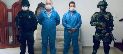 Mark Grenon (de azul, à esquerda) e seu filho Joseph após serem presos na Colômbia. (Divulgação/Fiscalía de Colombia)